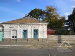 Упорядкований будинок в нижній частині міста